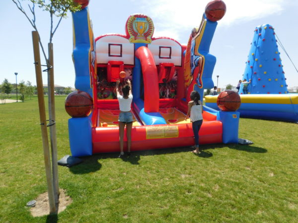 Compete with your friend with our dual basketball competition